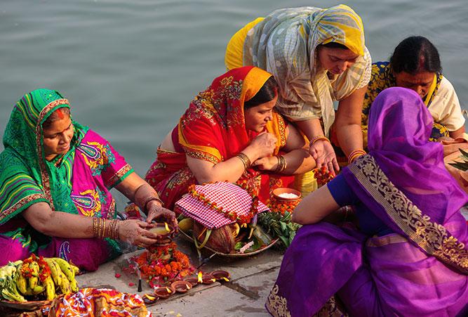 phaenomene-totenrituale-hinduismus-frauen-im-fluss