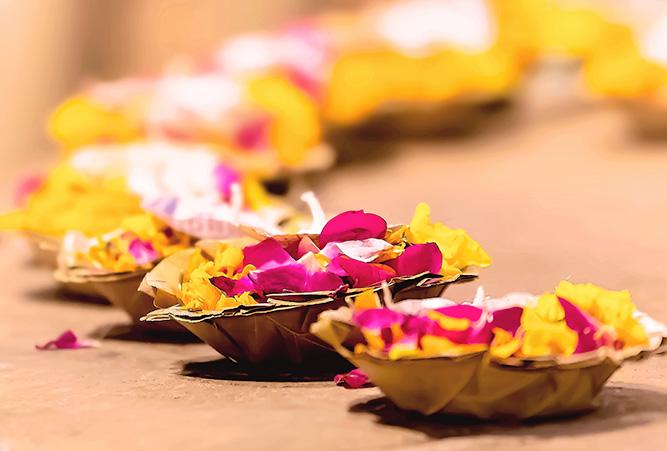 phaenomene-totenrituale-hinduismus-schwimmkerzen-mit-blumen