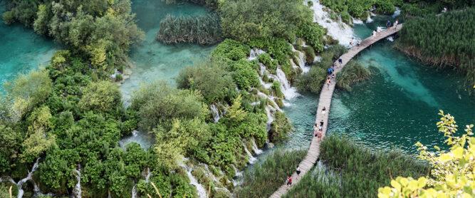 Brücke auf türkisblauem Wasser im Plitvicer Nationalpark