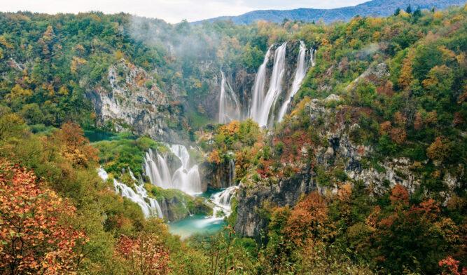 Felsen mit herbstlichen Bäumen, viele Wasserfälle