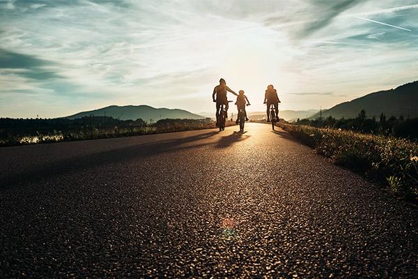 Drei Radfahrer am Radweg, Deutschland