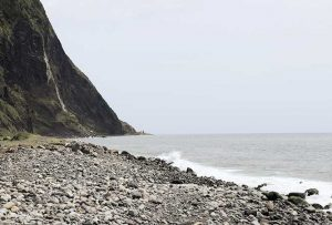 reisebericht-azoren-kratersee-wasserfall-am-meer