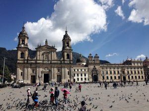 großer Platz mit Kathedrale