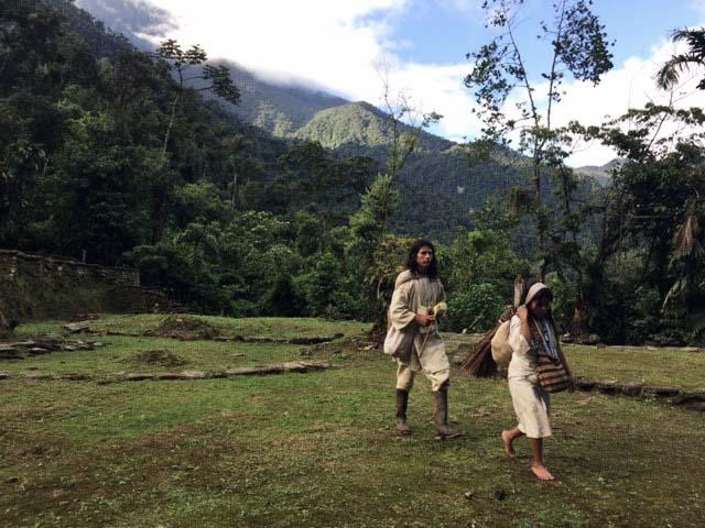 indigene Männer auf grüner Wiese