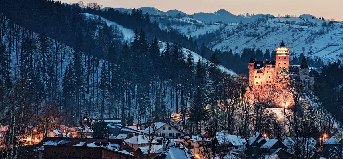 erleuchtetes Schloss Bran in Winterlandschaft