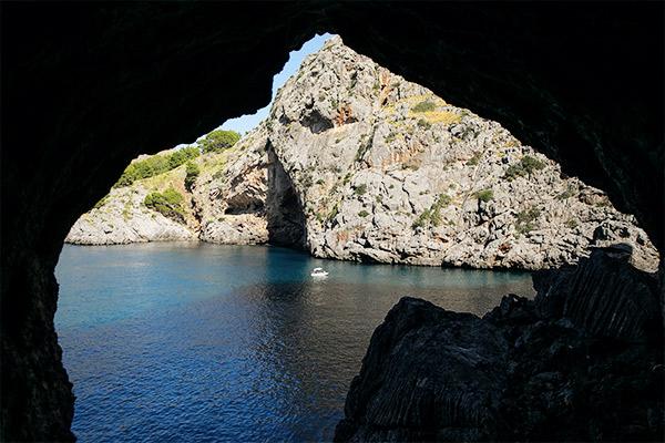 Blick aus einer Höhlenbucht, Mallorca