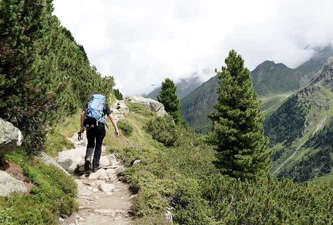 Wanderer auf Alpenüberquerung Garmisch nach Sterzingen
