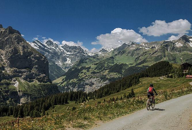 Radfahrerin in der Schweiz