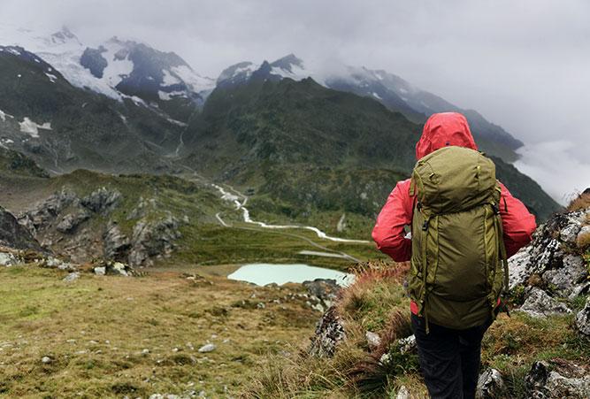 Frau beim Wandern in den Alpen