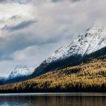 Ein See, Wald und Berge im Hintergrund. Glacier Nationalpark. © Shane Stagner
