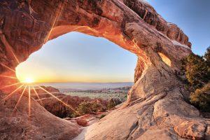 Fantastische Aussicht durch einen Sandbogen im Arches Nationalpark, USA. © Shutterstock
