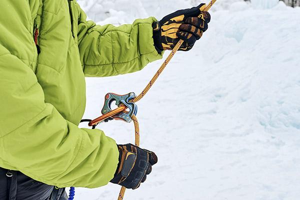 Sichern mit Sicherungsgeraet beim Eisklettern