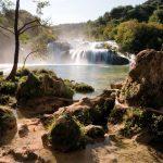 Blick auf eine Bucht mit einem breiten Wasserfall.