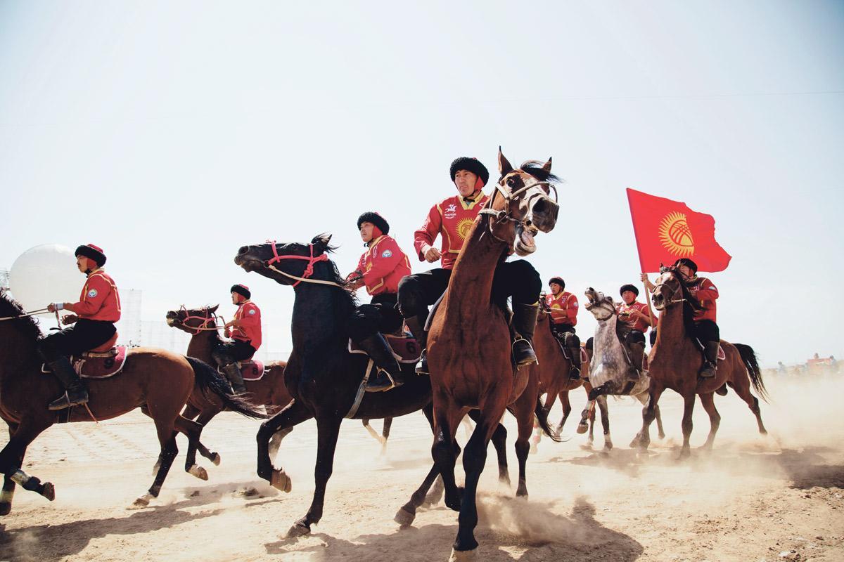 eine gruppe reiter in kirgistan