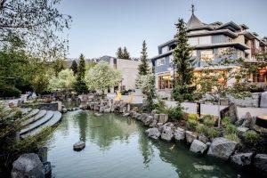 Dorf Whistler, Wasser und stilvolle Häuser, British Columbia, Kanada