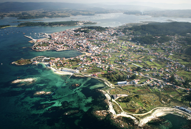 Luftaufnahme von der Gemeinde O Grove, welcher an der Küste zum Atlantik liegt.