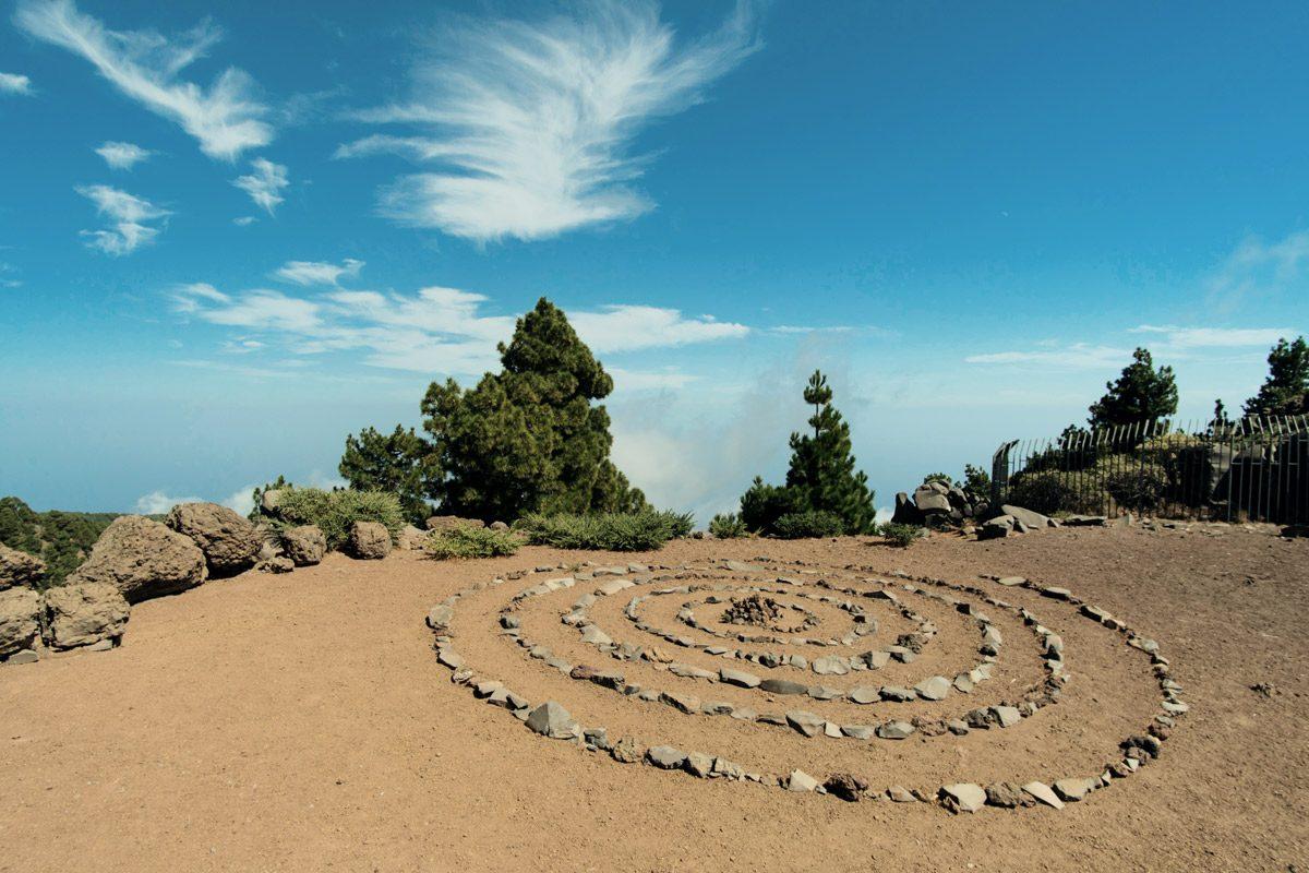 Spirale aus kleinen Steinen auf Sand
