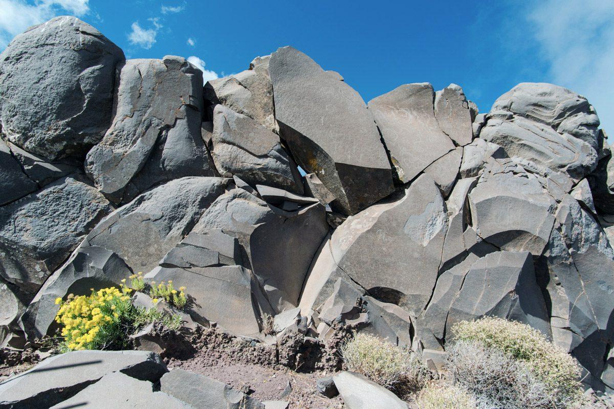 Felsen unter blauem Himmel