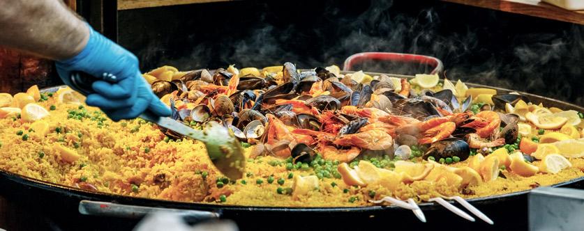 Nahaufnahme einer Paella mit Meeresfrüchten
