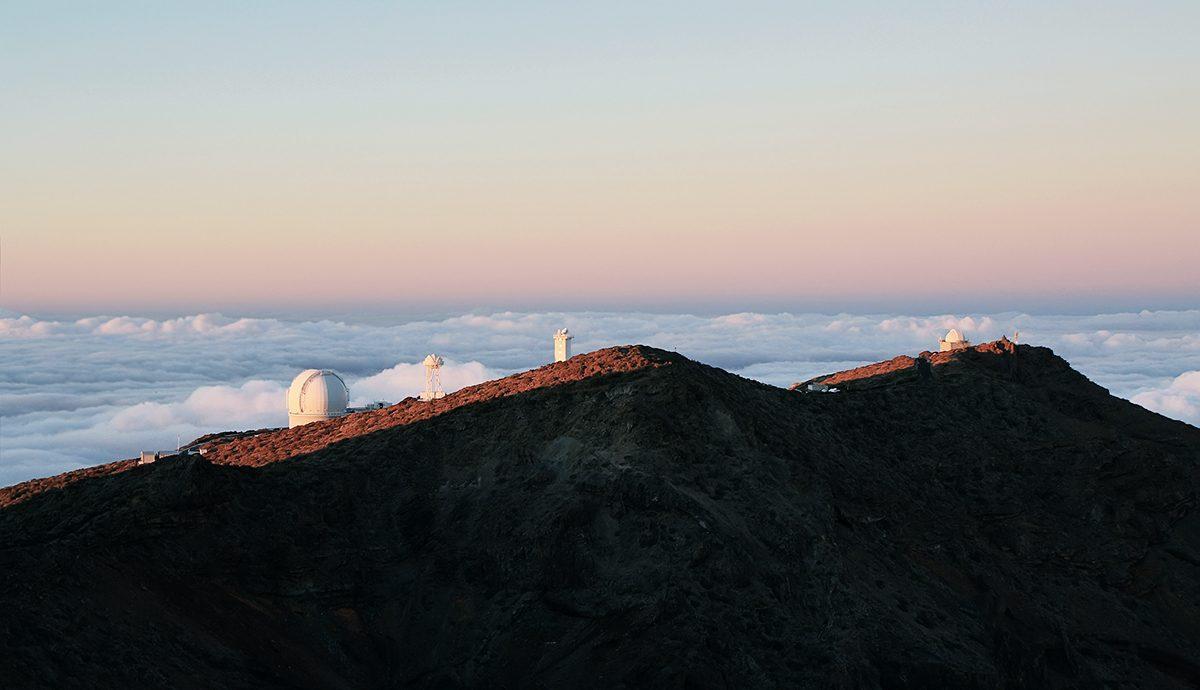 Berge über den Wolken mit Sternwarte