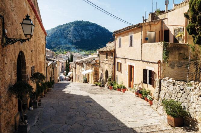 Breite gepflasterte Straße von Pollença mit alten Häusern