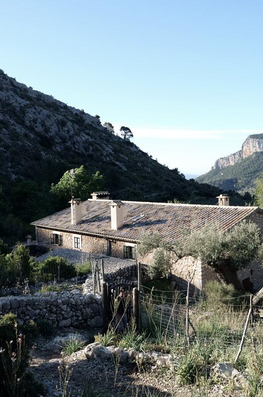 Urige Hütte Tossals Verds von oben mit Wäldern rund herum