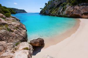 schmale, türkisblaue Bucht mit hellem Sandstrand. klarer Himmel