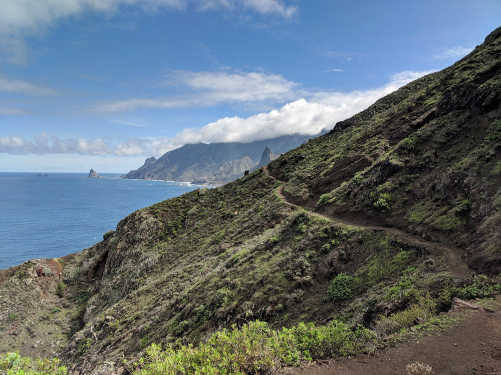 Weg an Hang entlang mit Meer auf linker Seite