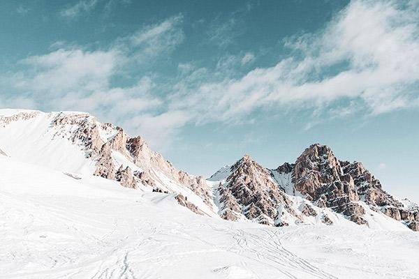 Bergkette unter blauem Himmel