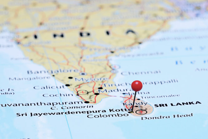 Weltkarte mit Nadel auf der Insel Sri Lanka