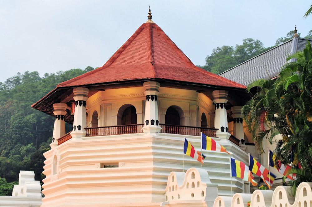 weißer tempel mit rotem spitzdach von außen