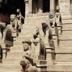 Statuen auf Treppen, Bhaktapur, Nepal
