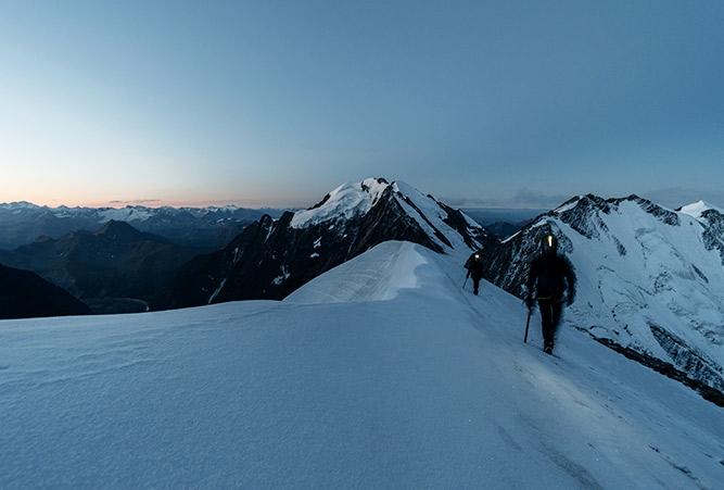 Alpinisten mit Stirnlampe, Mont Blanc