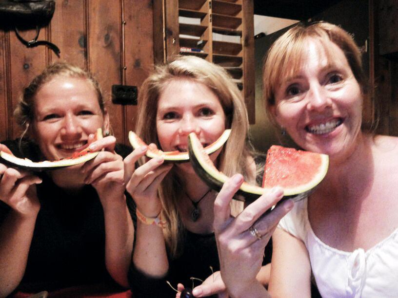 Elina, Tamara und Hüttenwirtin Susanne beim Genießen von Obst.