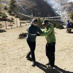 Tanzen mit Bergpanorama, Nepal