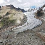 Gräulich weiße Gletscherzunge in grauer Landschaft