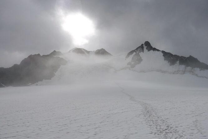 Gräulicher Schnee mit Nebel vor der Sonne