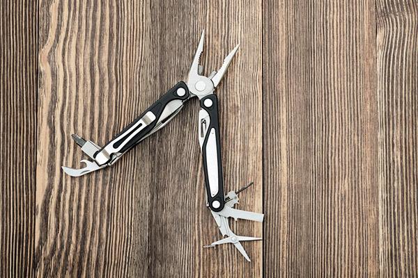 Taschenmesser auf Holz