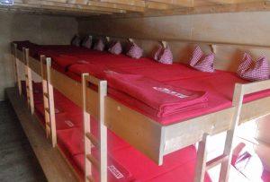 tipps-huettenuebernachtung-berghuette-schlaflager-stockbetten-2