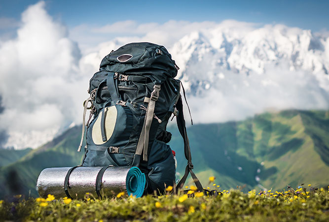 tipps-huettenuebernachtung-rucksack-vor-bergpanorama