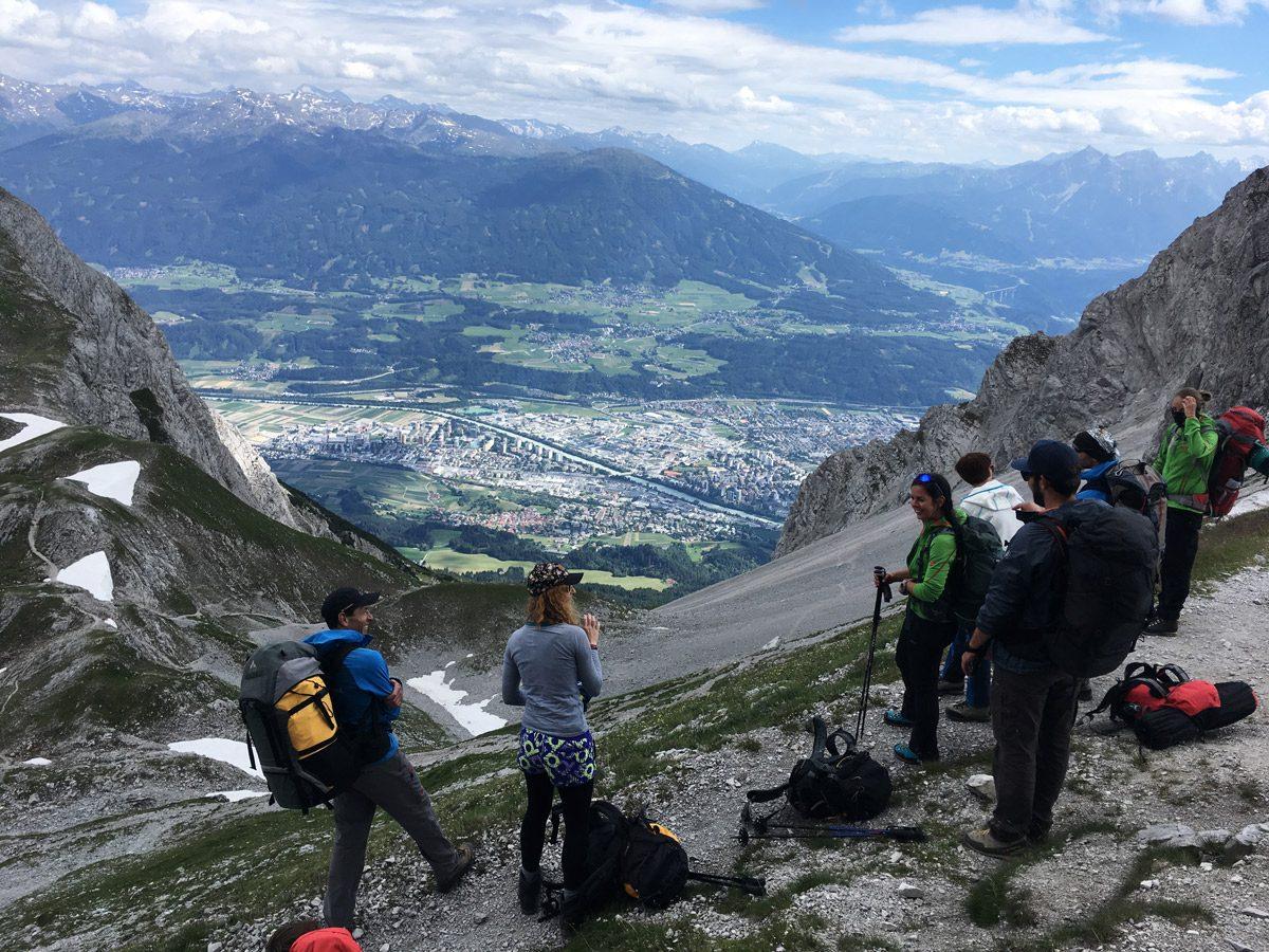 Gruppe Wanderer auf Berg mit Stadt im Hintergrund