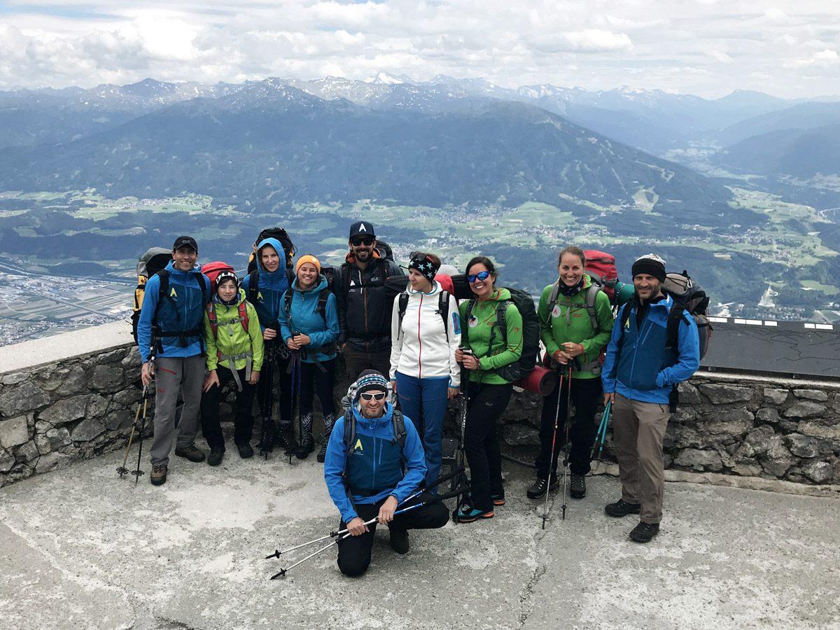 Gruppenfoto vor Bergkulisse und Tal
