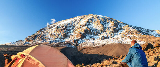 mann-zelt-kilimanjaro