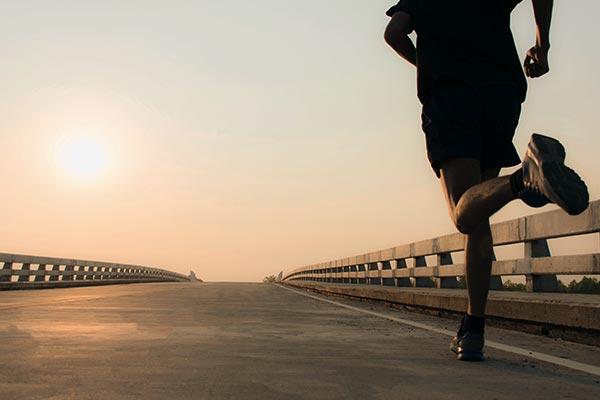 Mann beim Training bei Sonnenuntergang