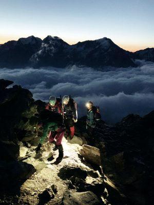 Bergsteigerinnen mit Stirnlampen, Schweiz