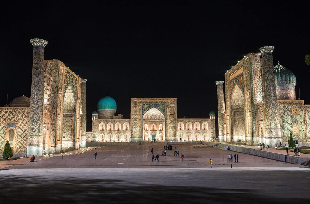 Registan Platz in Samarkant bei Nacht
