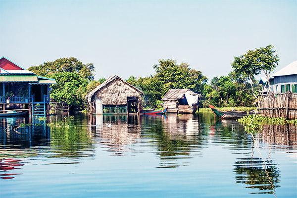 Holzhütten auf Stelzen, Vietnam und Kambodscha