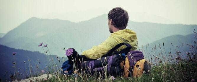 wanderer-entspannt-in-den-bergen-landschaft