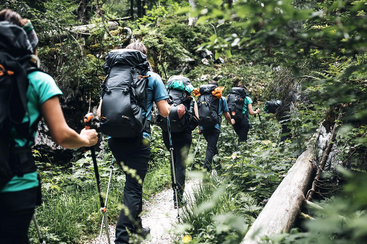 Wandergruppe mit Stöcken unterwegs.