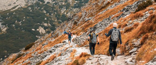 Wandern im Hochgebirge im Herbst